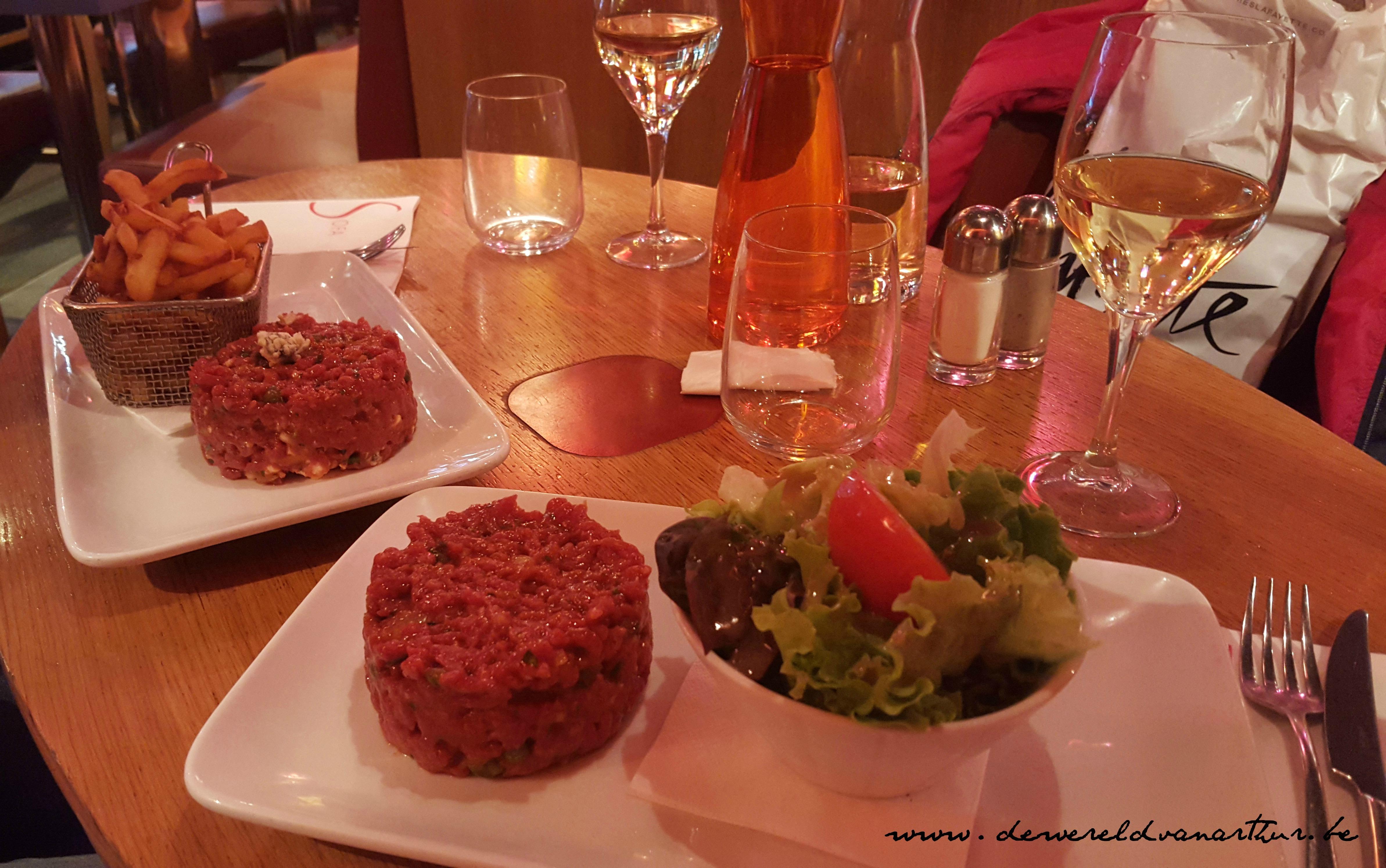 steak tartare sofa cafe studio de wereld van arthur